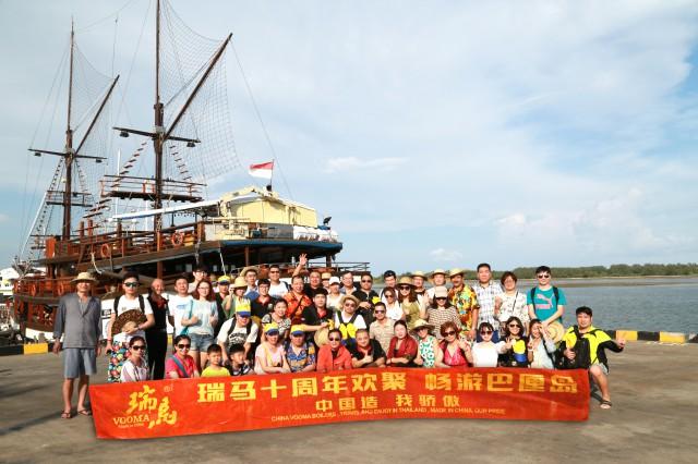 瑞马壁挂炉加盟商巴厘岛海边合影